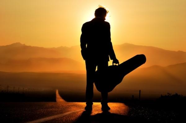 camino_solo_con_mi_guitarra